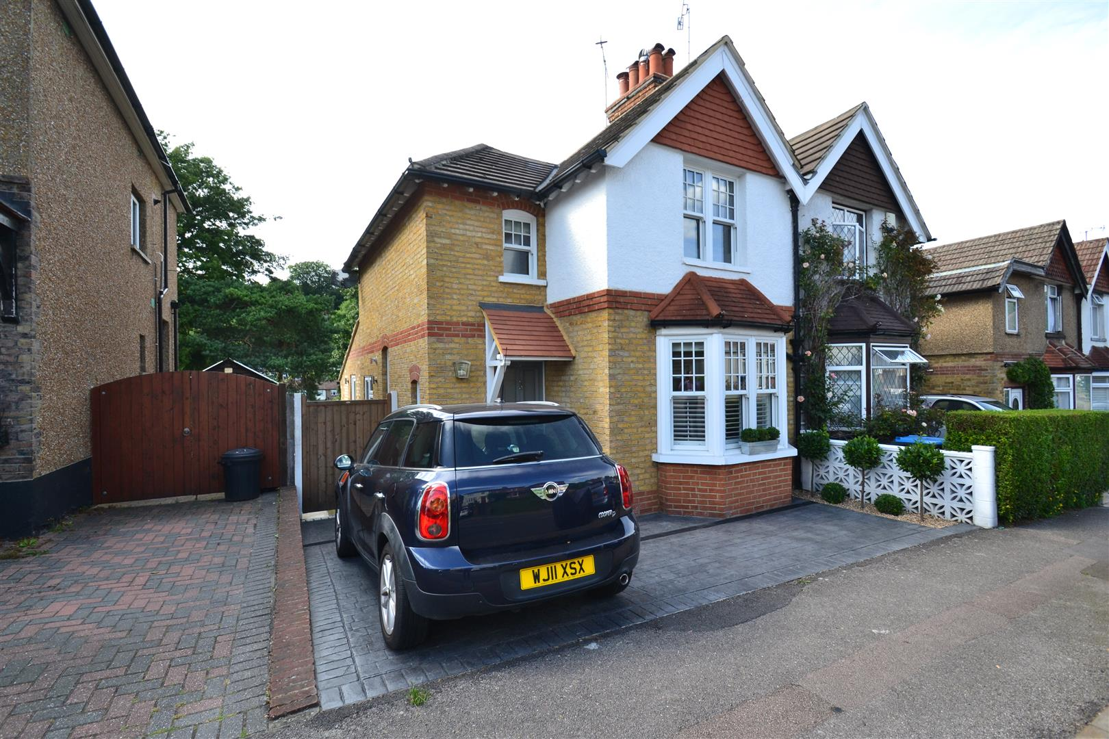3 Bedrooms Semi Detached House for sale in Croydon Road, Caterham